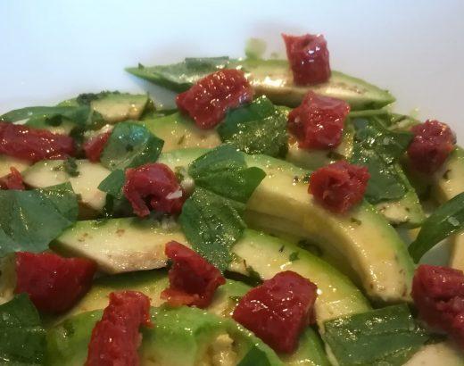 avocado pomodori secchi e pistacchi