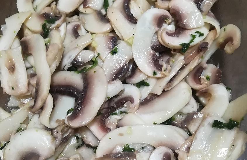 Crudité di funghi champignon