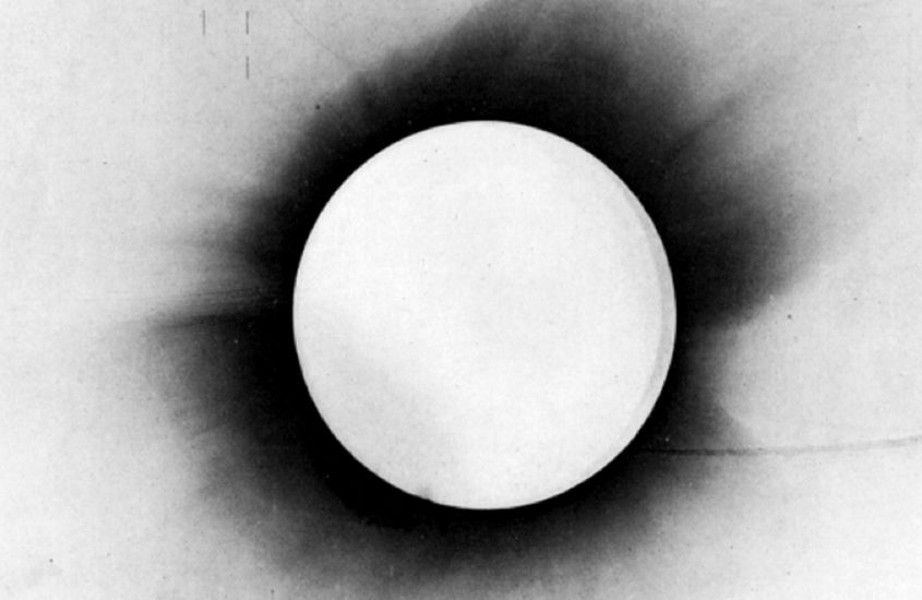 Albert Einstein e Arthur Eddington: la forma dello spazio